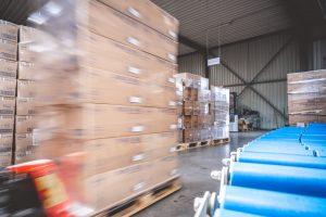 Gabelstapler transportiert TENA Inkontinenz Produkten im Lager von MEDiHandel