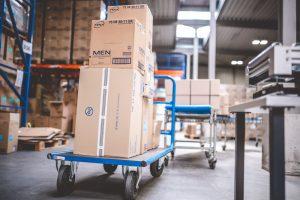 TENA Produkte in Kartons auf Rollwagen im Lager MEDihandel