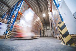 Schneller Gabelstapler transportiert Ware im Lager von MEDIhandel