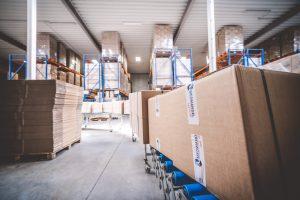 Kartons auf automatischer Verpackungsanlage im Lager von MEDIhandel