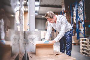 Geschäftsführer Hendrik Bachmann prüft Lieferung von Sterillium Hände Desinfektionsprodukten im Lager von MEDiHANDEL