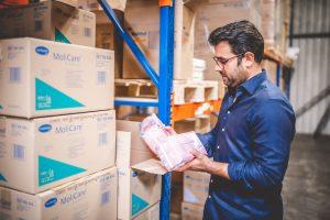 Geschäftsführer Florian Gill prüft Lieferung von Hartmann MoliCare Produkten im Lager von MEDiHANDEL