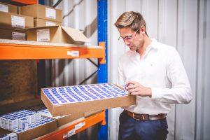 Qualitätsmanagement im Lager von MEDiHANDEL durch Geschäftsführer Florian Gill