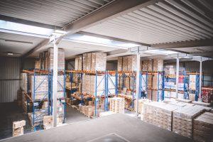 Regale im Lager von MEDiHandel - Medizinische Produkte vorrätig