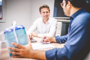 Gespräch der Geschäftsführer über Produkteinführung von TENA Produkten
